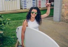 Brunetka surfingowa kobieta z odgórnym mienia surfboard Fotografia Royalty Free