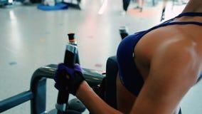 Brunetka trenuje ciało w gym w zakończeniu zbiory