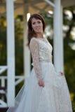 Brunetka w białej sukni w parku obraz stock