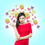 Brunetka w czerwieni sukni i nakreśleniach różne prezent ikony Obrazy Stock