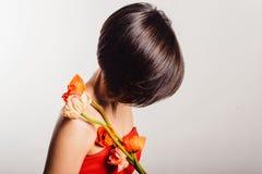 Brunetka w czerwonej sukni z kwiatami na białym tle Obraz Stock