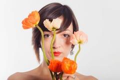Brunetka w czerwonej sukni z kwiatami na białym tle Zdjęcia Royalty Free
