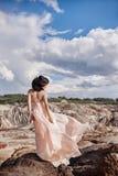 Brunetka w menchii sukni stojakach na falezie wiatr kostrzewi dre Fotografia Royalty Free