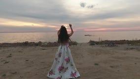 Brunetka w pięknej sukni iść rzeka Strzelający na trutniu zbiory wideo