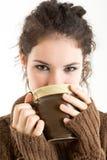 Brunetka w trykotowym pullver pije od kubka Zdjęcia Stock