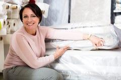 Brunetka wybiera sypialną materac fotografia stock
