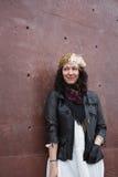 Brunetka z sowizdrzalskim uśmiechem patrzeje strona Fotografia Royalty Free