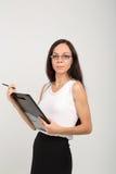 Brunetki biznesowa dama z papierowej klamerki deską Fotografia Stock