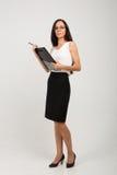 Brunetki biznesowa dama z papierowej klamerki deską Zdjęcie Stock