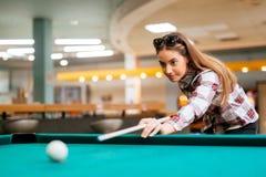 Brunetki celowanie podczas gdy bawić się snooker zdjęcie stock
