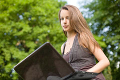 brunetki cutie jej laptop Obrazy Stock