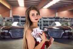 Brunetki damy mienia euro rachunki kupują nowego samochód fotografia royalty free