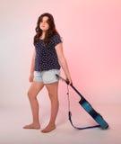 Brunetki dziewczyna bawić się błękitną gitarę Obrazy Stock