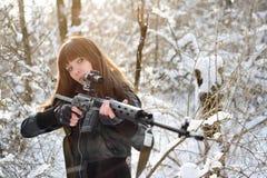 Brunetki dziewczyna celuje pistolet Obrazy Royalty Free