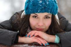 Brunetki dziewczyna outdoors w zimie obrazy royalty free