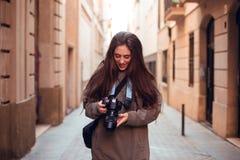 Brunetki dziewczyna patrzeje kamerę i ono uśmiecha się obraz royalty free