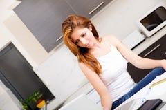 Brunetki dziewczyna pracuje w kuchni obraz stock