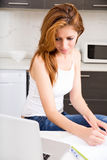 Brunetki dziewczyna pracuje w kuchni obrazy royalty free