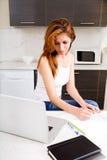 Brunetki dziewczyna pracuje w kuchni zdjęcie royalty free