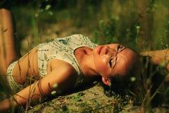 Brunetki dziewczyna przy na wolnym powietrzu Zdjęcie Royalty Free