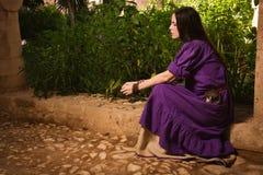 Brunetki dziewczyna w średniowiecznym kostiumu w Agia Napa Średniowieczny Monaste Zdjęcie Royalty Free
