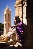 Brunetki dziewczyna w średniowiecznym kostiumu w Agia Napa Średniowieczny Monaste Zdjęcia Royalty Free