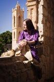 Brunetki dziewczyna w średniowiecznym kostiumu w Agia Napa Średniowieczny Monaste Obraz Royalty Free