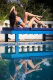 Brunetki dziewczyna w błękitnym pływackim kostiumu Zdjęcia Royalty Free