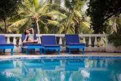 Brunetki dziewczyna w błękitnym pływackim kostiumu Zdjęcia Stock