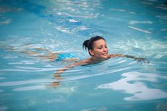Brunetki dziewczyna w błękitnym pływackim kostiumu Zdjęcie Royalty Free