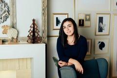 Brunetki dziewczyna w domu, wnętrze Obraz Royalty Free