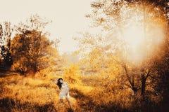 Brunetki dziewczyna w krótkiej sukni w parku zdjęcie stock