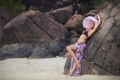 Brunetki dziewczyna w kwiat spódnicie i menchia kapeluszu Obraz Stock