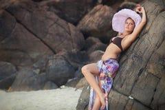 Brunetki dziewczyna w kwiat spódnicie i menchia kapeluszu Zdjęcie Royalty Free