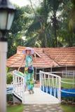Brunetki dziewczyna w kwiat sukni i menchia kapeluszu Zdjęcia Royalty Free