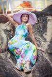 Brunetki dziewczyna w kwiat sukni i menchia kapeluszu Obrazy Stock