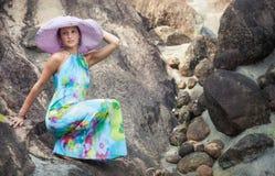 Brunetki dziewczyna w kwiat sukni i menchia kapeluszu Fotografia Stock