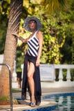 Brunetki dziewczyna w lato kapeluszu Fotografia Stock