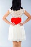 Brunetki dziewczyna z czerwonym walentynki sercem Fotografia Royalty Free