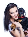 Brunetki dziewczyna z jej szczeniakiem odizolowywającym na białym tle Zdjęcia Royalty Free