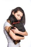 Brunetki dziewczyna z jej szczeniakiem odizolowywającym na białym tle Obraz Stock