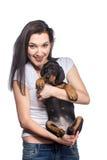 Brunetki dziewczyna z jej szczeniakiem odizolowywającym na białym tle Fotografia Stock