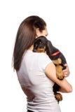 Brunetki dziewczyna z jej szczeniakiem odizolowywającym na białym tle Zdjęcia Stock