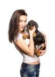 Brunetki dziewczyna z jej szczeniakiem odizolowywającym na białym tle Zdjęcie Royalty Free