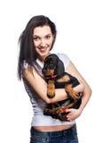 Brunetki dziewczyna z jej szczeniakiem odizolowywającym na białym tle obrazy royalty free
