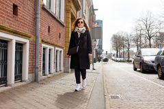 Brunetki dziewczyny żakieta szkieł wiosny jesieni słońca spaceru miasta portreta młodej kobiety mody turystyczny uliczny odprowad zdjęcia stock