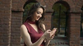 Brunetki dziewczyny mienia smartphone zbiory wideo
