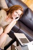 Brunetki dziewczyny obsiadanie na zmielony telefonować zdjęcia stock