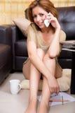 Brunetki dziewczyny obsiadanie na zmielony telefonować zdjęcia royalty free