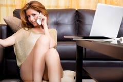 Brunetki dziewczyny obsiadanie na zmielony telefonować obrazy royalty free